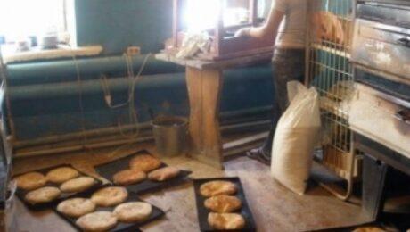 Фото: Целая бригада у граждан Узбекистана работала в пекарне без соответствующих разрешений и допусков